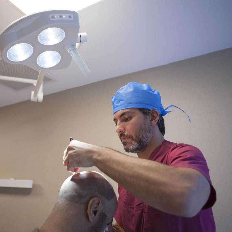 dr serkan aygin durante una fase del trapianto di capelli